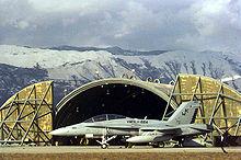 F/A-18D sur la parkumaddeklivirejo antaŭ kirasa hangaro en Aviano Air Base