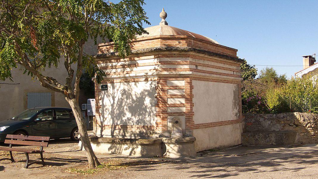 Fontaine de 1893, par l'architecte Emile Sauret, qui a également réalisé les fontaines-lavoirs de La Bastide de Lordat et Saint-Amadou.Ariège