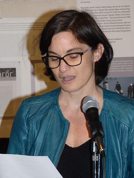 File:Frazon Zsófia kiállításmegnyitón.jpg
