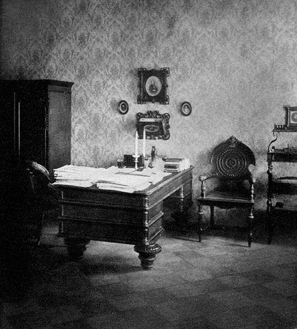 Рабочий кабинет писателя в последней квартире в Петербурге.