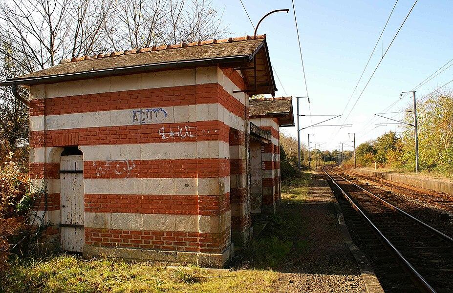 Gare de Saint-Jacut-les-Pins, l'abri de quai construit par la compagnie du PO seul vestige de l'ancienne gare en 2009.