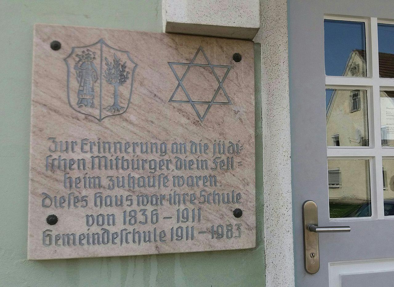 Gedenktafel am Rathaus Fellheim.jpg