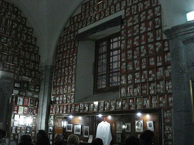 Мемориальный зал св. Джузеппе Москати. Все стены увешаны вотивными приношениями