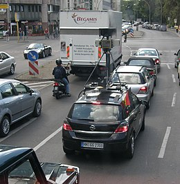 Una Google Car, attrezzata per le riprese di Google Street View, a Berlino