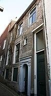 foto van Huis met gewitte lijstgevel met uitgekraagde schoorsteen en empire-schuiframen
