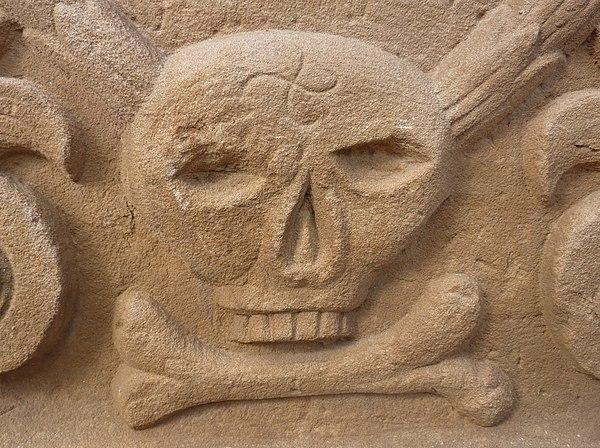 Gravestone with swastika skull Pfettisheim.jpg