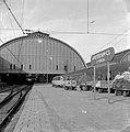 HUA-153008-Afbeelding van postkarren en een internationale posttrein langs het 2e perron van het N.S.-station Amsterdam C.S. te Amsterdam.jpg