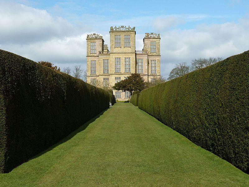File:Hardwick-hall-garden.jpg