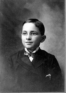 Portrait du jeune Truman portant un nœud papillon