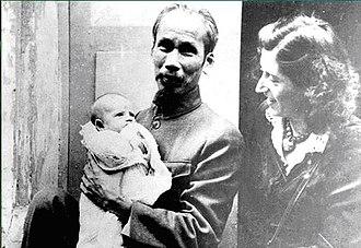 Raymond Aubrac - Raymond's daughter, Élisabeth Aubrac, and his wife Lucie Aubrac with Ho Chi Minh, 1946
