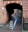 Poortje. Eenvoudige bakstenen poortomlijsting toegang gevend tot het Klooster