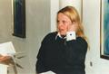 Hortense von Gelmini, Denkerin, Musikerin und Malerin, spricht in der Galerie der Stiftung Libertas per Veritatem, 1994.png