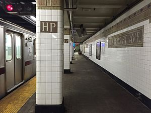 Hunters Point Avenue (IRT Flushing Line) - Image: Hunters Point Avenue Flushing bound platform