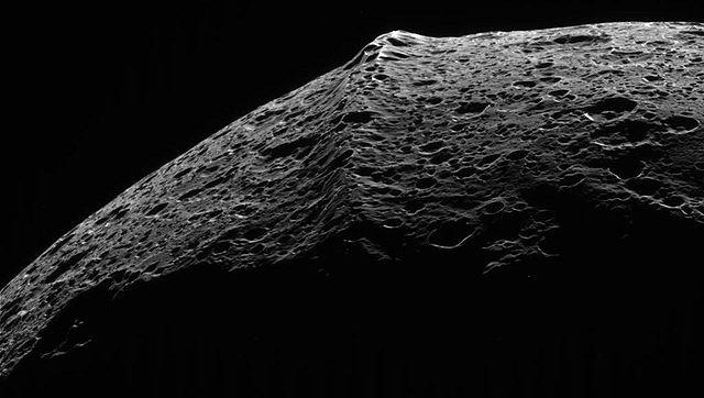 Resultado de imagen de iapetus mons