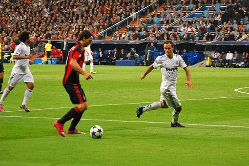 818df573be9a8 Ibrahimović disputando la Champions League 2010-11 contra el Real Madrid.