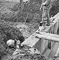 Inpoldering en bemaling, arbeiders, injecteren staven, Bestanddeelnr 159-1045.jpg
