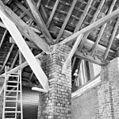 Interieur, overdekte mestvaalt, kapconstructie met detail bakstenen pijler - 20000397 - RCE.jpg