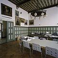 Interieur, overzicht van de kamer van de rector, met kroonluchter en beschilderd balkenplafond, aan de voorzijde van het gebouw - 's-Gravenhage - 20387429 - RCE.jpg