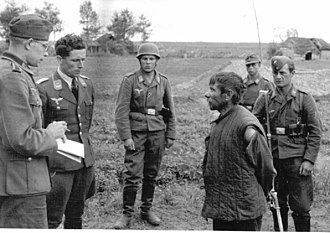 Soviet partisans - German propaganda photo: interrogation of a Soviet partisan by Wehrmacht Luftwaffe Fallschirmjäger Paratroopers, Russia 1942