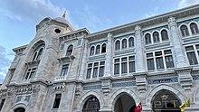 Un bâtiment néoclassique voûté avec des bannières PTT suspendues