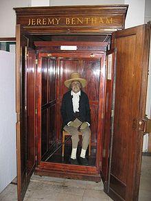 Il corpo imbalsamato di Jeremy Bentham, esposto in una sala pubblica dell'University College di Londra