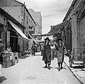 Jeruzalem, in de wijk Mea Shearim. Straatje met winkels met twee studenten van e, Bestanddeelnr 255-0383.jpg