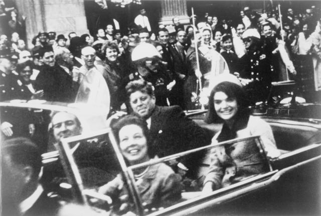 Кеннеди в президентском лимузине, за несколько секунд до убийства