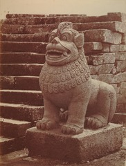 KITLV 90010 - Isidore van Kinsbergen - Singa at a stair of Borobudur near Magelang - Around 1900.tif