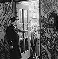 Kaartverkoop en rij wachtend publiek voor het Rialto-theater te Amsterdam, Bestanddeelnr 900-8232.jpg