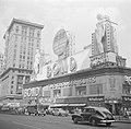 Kledingwinkel Bond Clothes op Times Square, gezien richting Broadway, Bestanddeelnr 191-0807.jpg