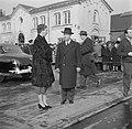 Koningin Ingrid bij een auto op de kade in Kopenhagen met op de achtergrond toes, Bestanddeelnr 252-8651.jpg