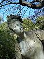 La femme du monument dédié à Watteau 2, Paris 2011.jpg