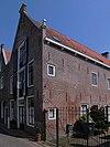foto van Pand met topgevel, benedenverdieping verbouwd