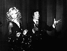 Loretta Goggi (nelle vesti di Mina) e Franco Franchi nel backstage di Teatro 11, 1972