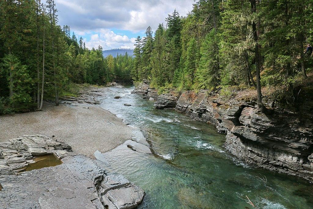 Un affluent de la rivière Flathead dans le parc national de Glacier, au nord du Montana.  (définition réelle 2539×1693)