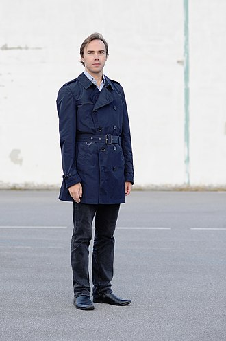 Trench coat - Man wearing a navy-coloured trenchcoat (2018).