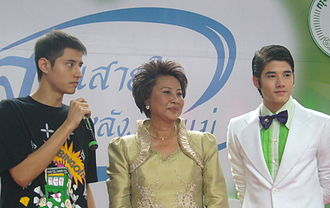Mario Maurer - Maurer (right) with his brother and his mother
