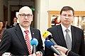 Ministru prezidents Valdis Dombrovskis tiekas ar Vācijas Šlēzvigas – Holšteinas federālās zemes premjerministru Torstenu Albigu (8715932347).jpg