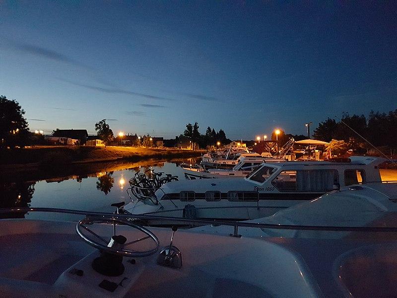 Mittersheim, Sportboothafen am Saar-Kanal bei Nacht