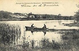 Photographie en noir et blanc d'un grand plan d'eau sur lequel vogue une barque.