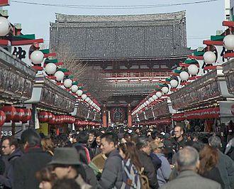 Sensō-ji - Image: Nakamise 1411