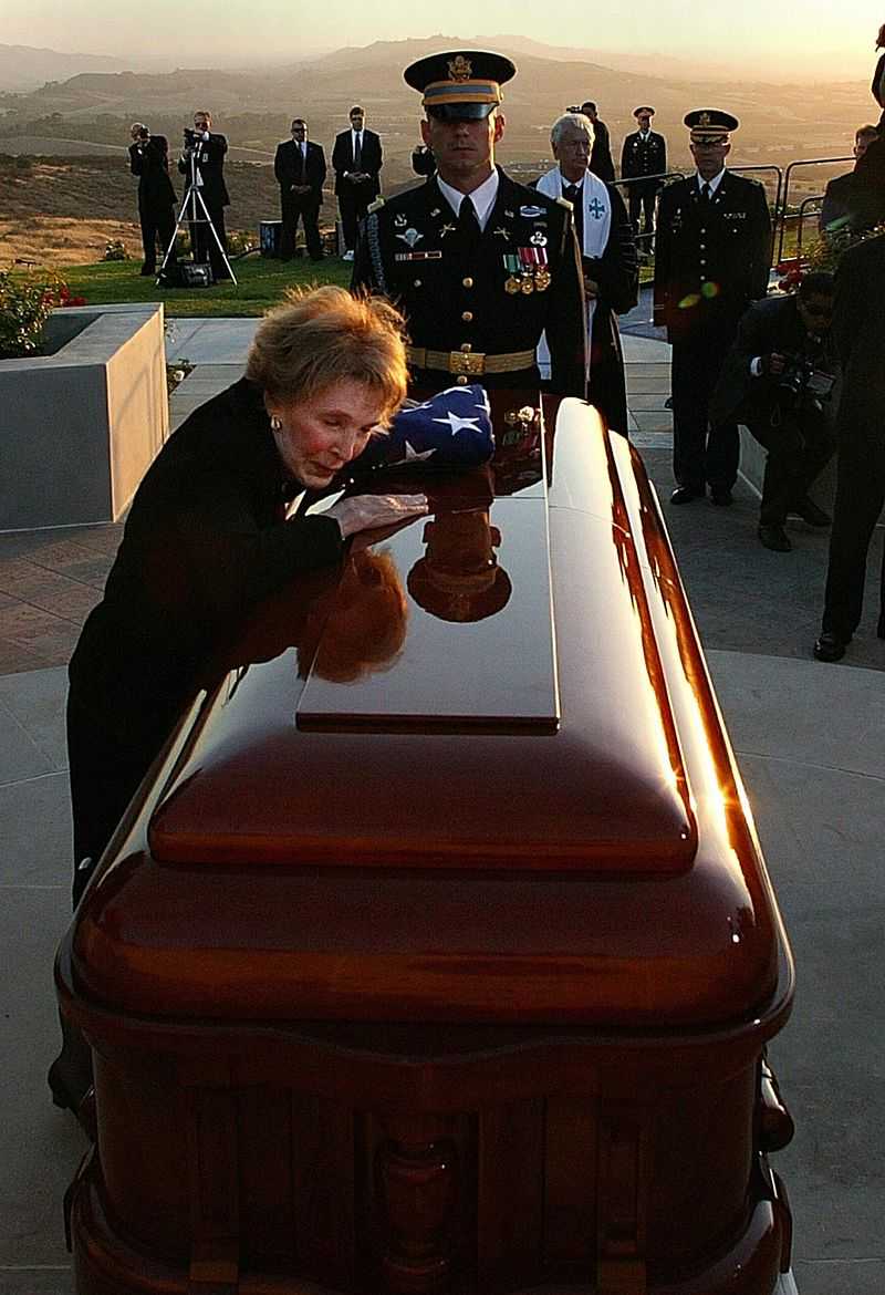 Nancy Reagan says final goodbyes to RR June 11, 2004.jpg