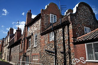 A house in the Cathedral close in Norwich. Norwich - House - 1180.jpg