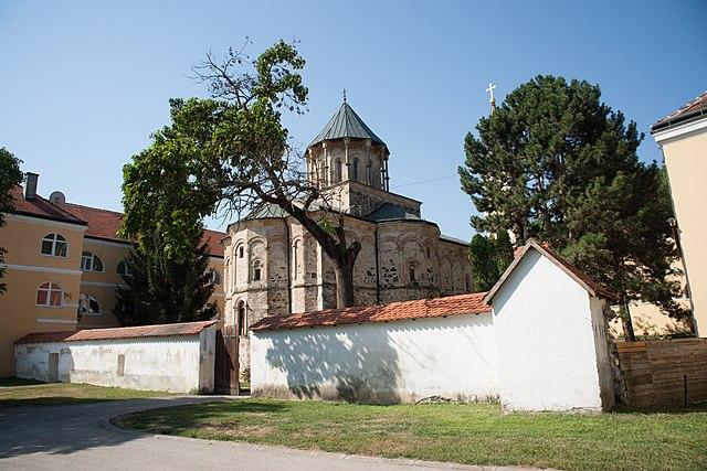 https://upload.wikimedia.org/wikipedia/commons/thumb/b/b4/Novo_Hopovo_monastery_%281%29.jpg/640px-Novo_Hopovo_monastery_%281%29.jpg