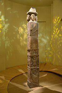 O98 Idol von Sbrutsch mit Darstellung von Unterwelt, Erde und des Himmels, zirka 10. Jh. n. Chr..JPG