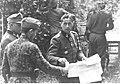 Oberfuhrer Fritz Kramer przyjmuje meldunek od oficera (2-363).jpg