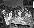 Oliebollenbakken in Oranje Nassau Kazerne voor Emma Kinderziekenhuis, Bestanddeelnr 904-9014.jpg