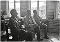 Pääministeri Rangell, kenraalimajuri Arajuuri ja everstiluutnantti Paloheimo kuuntelevat 15.7.1942.jpg