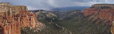 Veduta da Paria View di una valle nel Bryce Canyon, Utah, con molte sorprendenti spalle