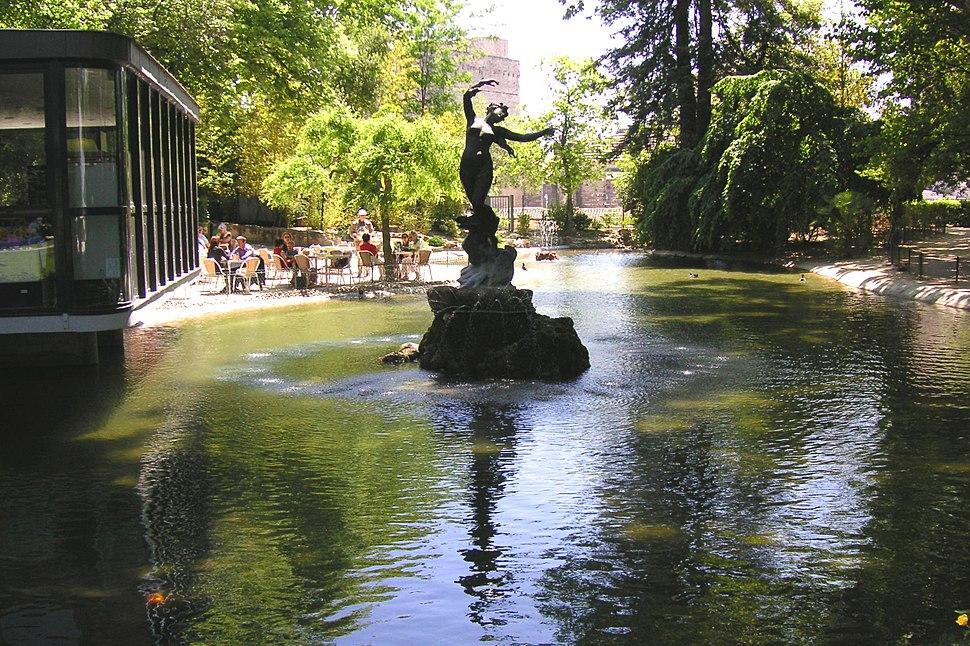 Park beim Papstpalast in Avignon01 (cropped)